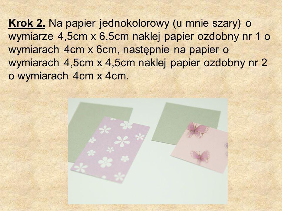 Krok 2. Na papier jednokolorowy (u mnie szary) o wymiarze 4,5cm x 6,5cm naklej papier ozdobny nr 1 o wymiarach 4cm x 6cm, następnie na papier o wymiar