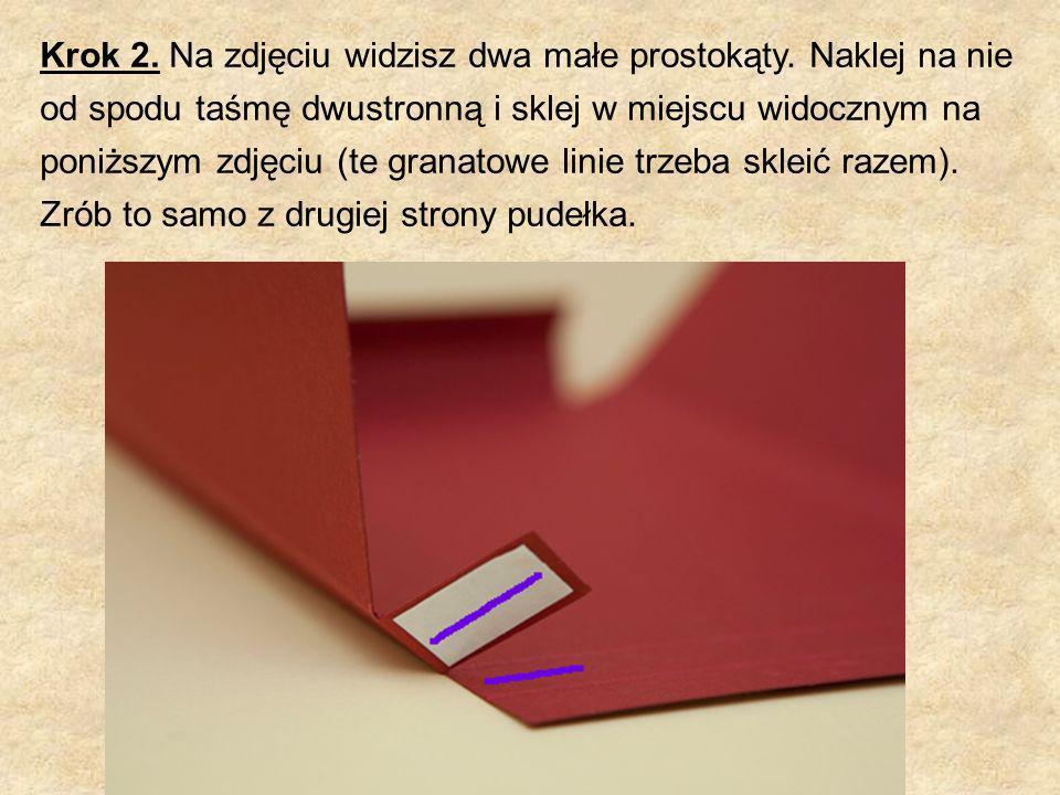 Krok 2. Na zdjęciu widzisz dwa małe prostokąty. Naklej na nie od spodu taśmę dwustronną i sklej w miejscu widocznym na poniższym zdjęciu (te granatowe