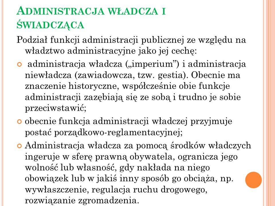 A DMINISTRACJA WŁADCZA I ŚWIADCZĄCA Podział funkcji administracji publicznej ze względu na władztwo administracyjne jako jej cechę: administracja wład