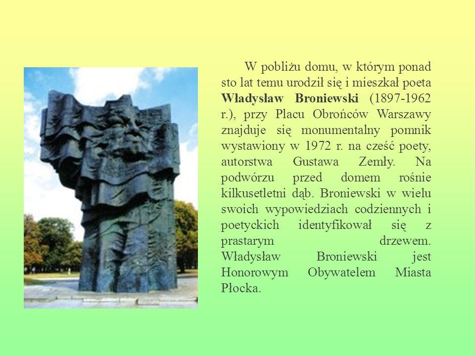 W pobliżu domu, w którym ponad sto lat temu urodził się i mieszkał poeta Władysław Broniewski (1897-1962 r.), przy Placu Obrońców Warszawy znajduje si