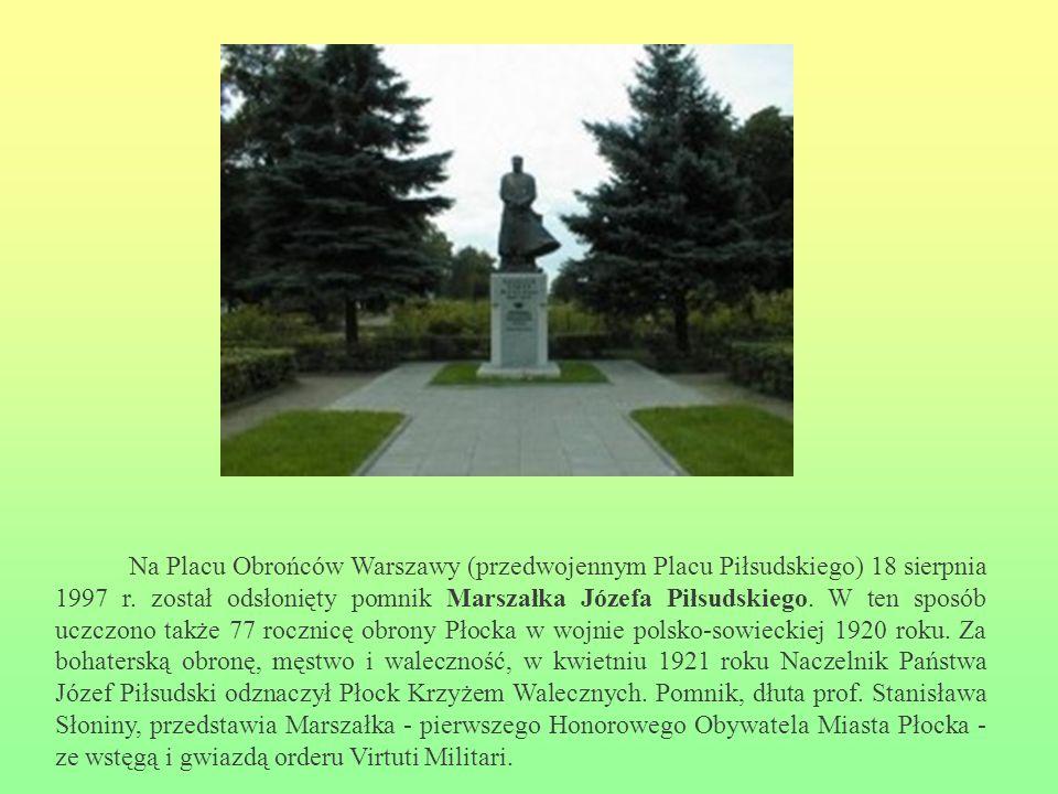 Na Placu Obrońców Warszawy (przedwojennym Placu Piłsudskiego) 18 sierpnia 1997 r. został odsłonięty pomnik Marszałka Józefa Piłsudskiego. W ten sposób