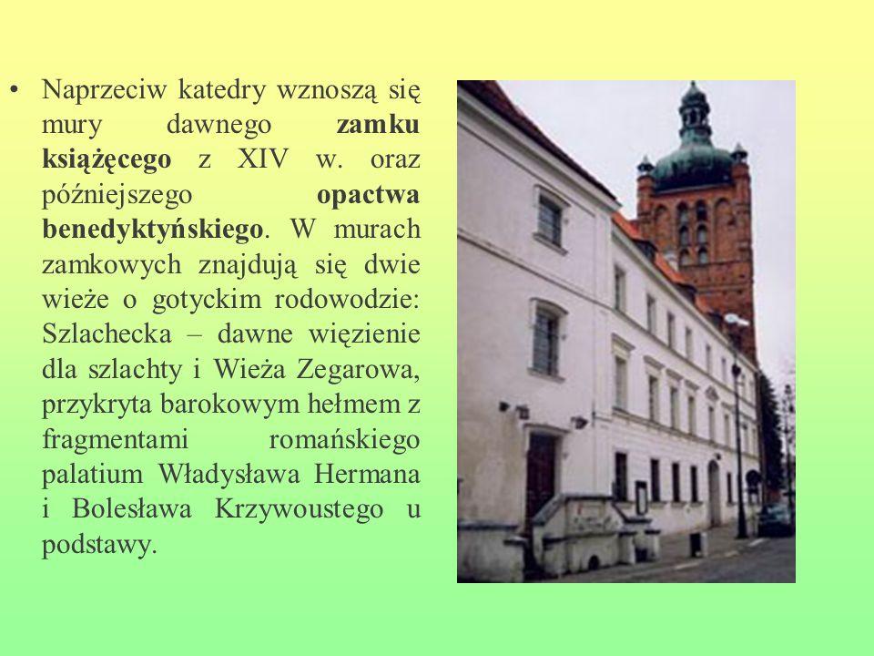 Naprzeciw katedry wznoszą się mury dawnego zamku książęcego z XIV w. oraz późniejszego opactwa benedyktyńskiego. W murach zamkowych znajdują się dwie