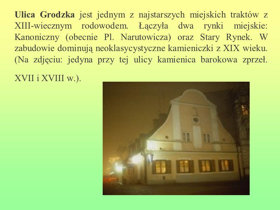 Ulica Grodzka jest jednym z najstarszych miejskich traktów z XIII-wiecznym rodowodem. Łączyła dwa rynki miejskie: Kanoniczny (obecnie Pl. Narutowicza)
