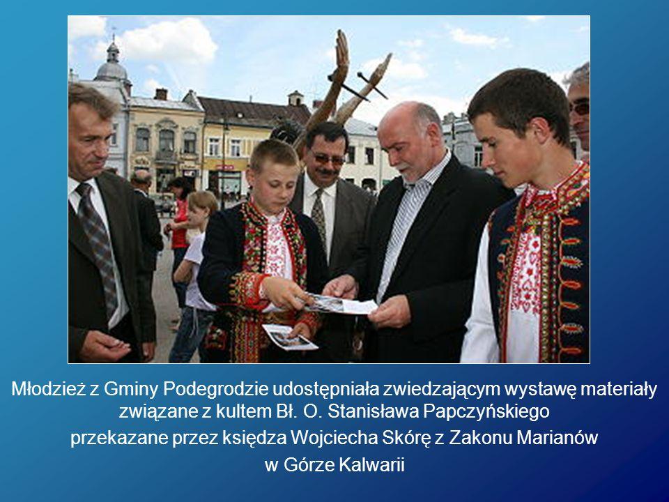 Młodzież z Gminy Podegrodzie udostępniała zwiedzającym wystawę materiały związane z kultem Bł. O. Stanisława Papczyńskiego przekazane przez księdza Wo