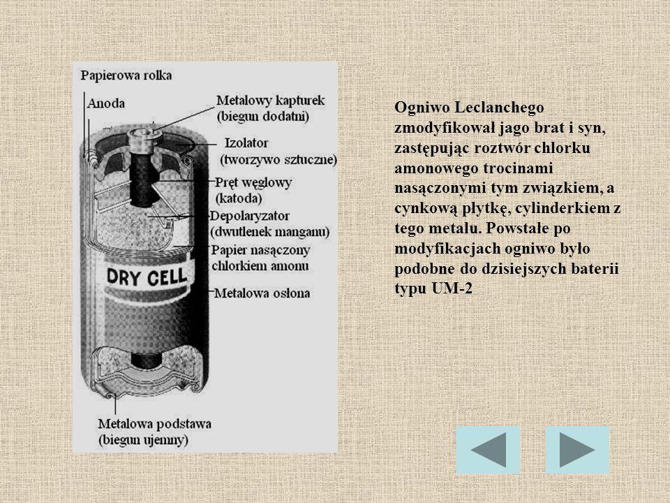 Ogniwo Leclanchego zmodyfikował jago brat i syn, zastępując roztwór chlorku amonowego trocinami nasączonymi tym związkiem, a cynkową płytkę, cylinderk