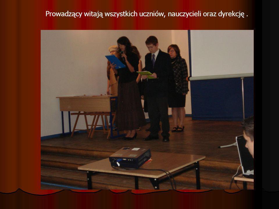 Prowadzący witają wszystkich uczniów, nauczycieli oraz dyrekcję.