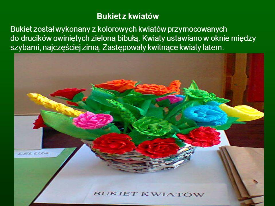 Bukiet z kwiatów Bukiet został wykonany z kolorowych kwiatów przymocowanych do drucików owiniętych zieloną bibułą. Kwiaty ustawiano w oknie między szy
