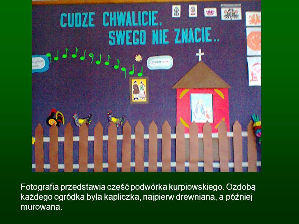 Fotografia przedstawia część podwórka kurpiowskiego. Ozdobą każdego ogródka była kapliczka, najpierw drewniana, a później murowana.