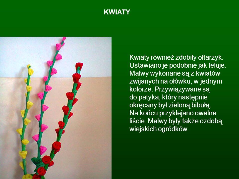 KWIATY Kwiaty również zdobiły ołtarzyk. Ustawiano je podobnie jak leluje. Malwy wykonane są z kwiatów zwijanych na ołówku, w jednym kolorze. Przywiązy