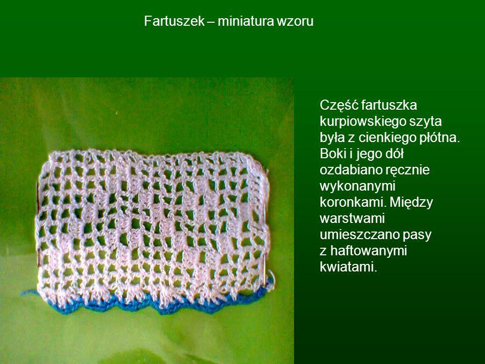 Fartuszek – miniatura wzoru Część fartuszka kurpiowskiego szyta była z cienkiego płótna. Boki i jego dół ozdabiano ręcznie wykonanymi koronkami. Międz