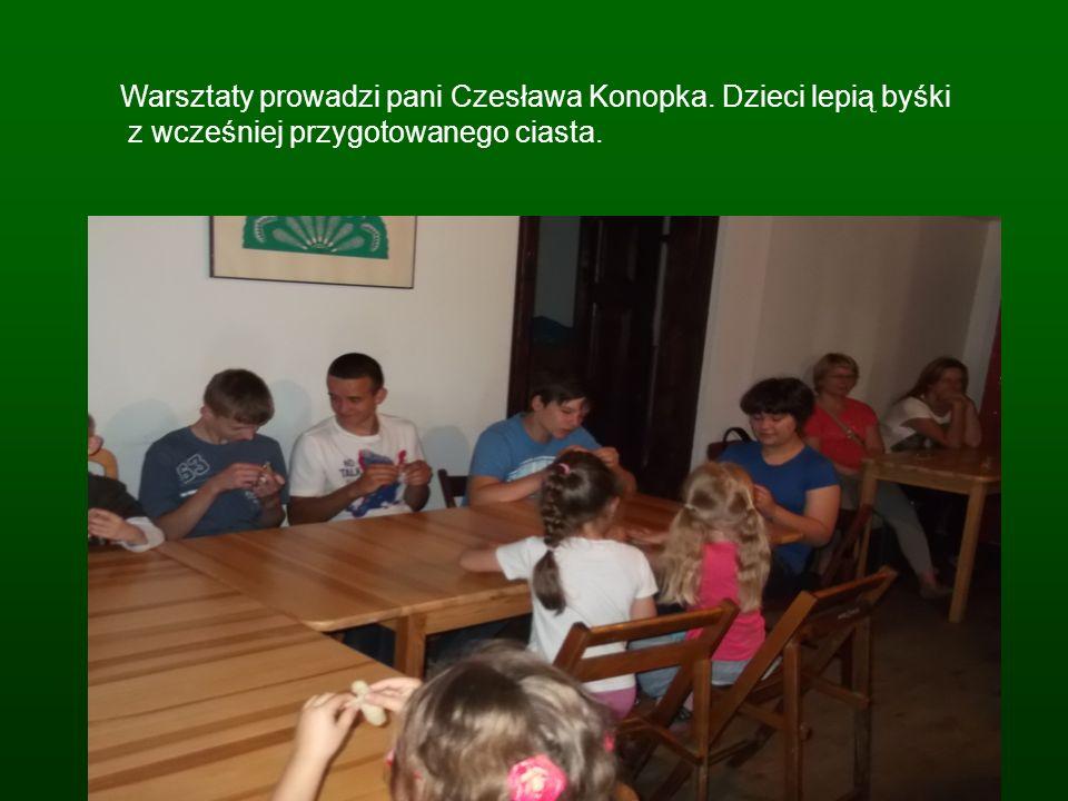 Warsztaty prowadzi pani Czesława Konopka. Dzieci lepią byśki z wcześniej przygotowanego ciasta.