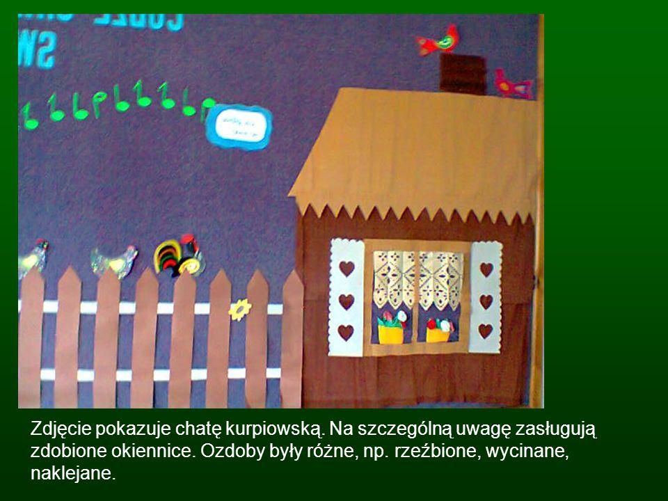 Zdjęcie pokazuje chatę kurpiowską. Na szczególną uwagę zasługują zdobione okiennice. Ozdoby były różne, np. rzeźbione, wycinane, naklejane.