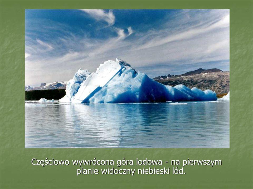 Częściowo wywrócona góra lodowa - na pierwszym planie widoczny niebieski lód.