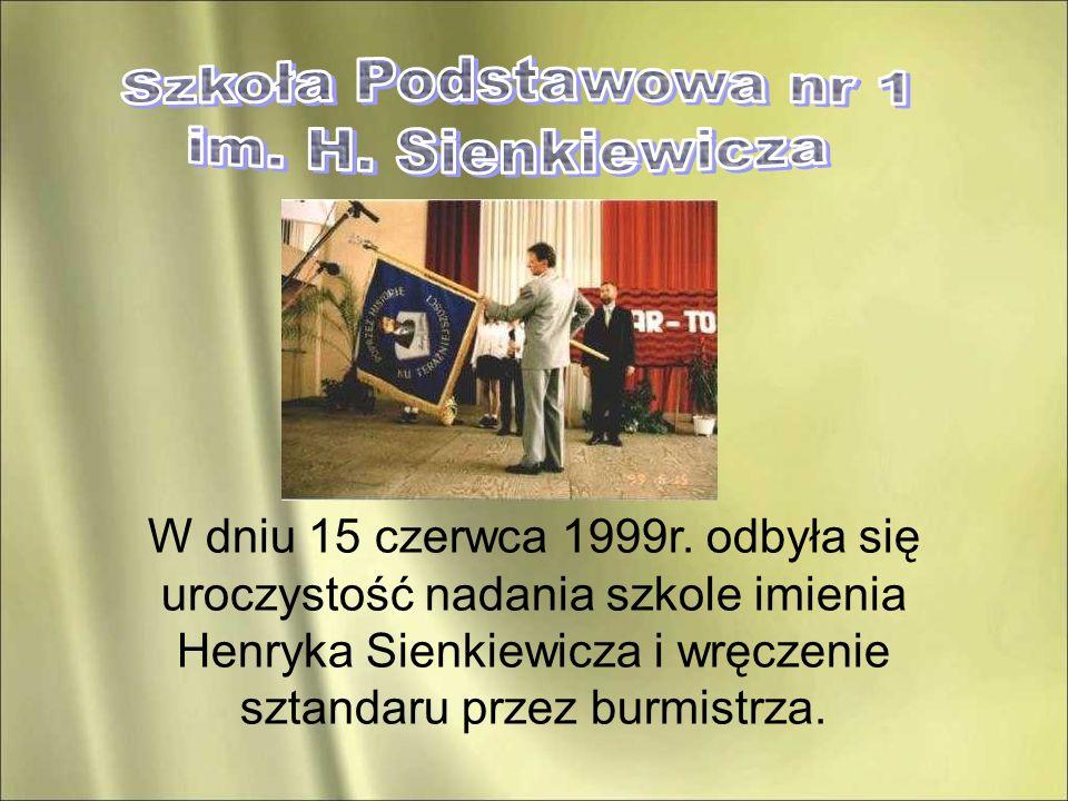 W dniu 15 czerwca 1999r. odbyła się uroczystość nadania szkole imienia Henryka Sienkiewicza i wręczenie sztandaru przez burmistrza.