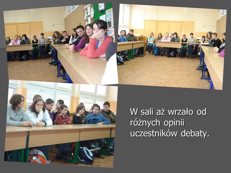 W sali aż wrzało od różnych opinii uczestników debaty. W sali aż wrzało od różnych opinii uczestników debaty.