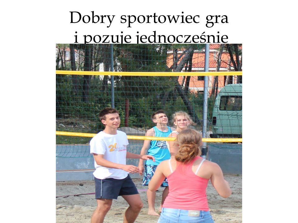 Dobry sportowiec gra i pozuje jednocześnie