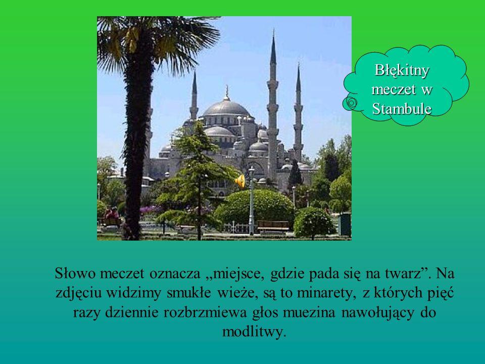 Słowo meczet oznacza miejsce, gdzie pada się na twarz. Na zdjęciu widzimy smukłe wieże, są to minarety, z których pięć razy dziennie rozbrzmiewa głos