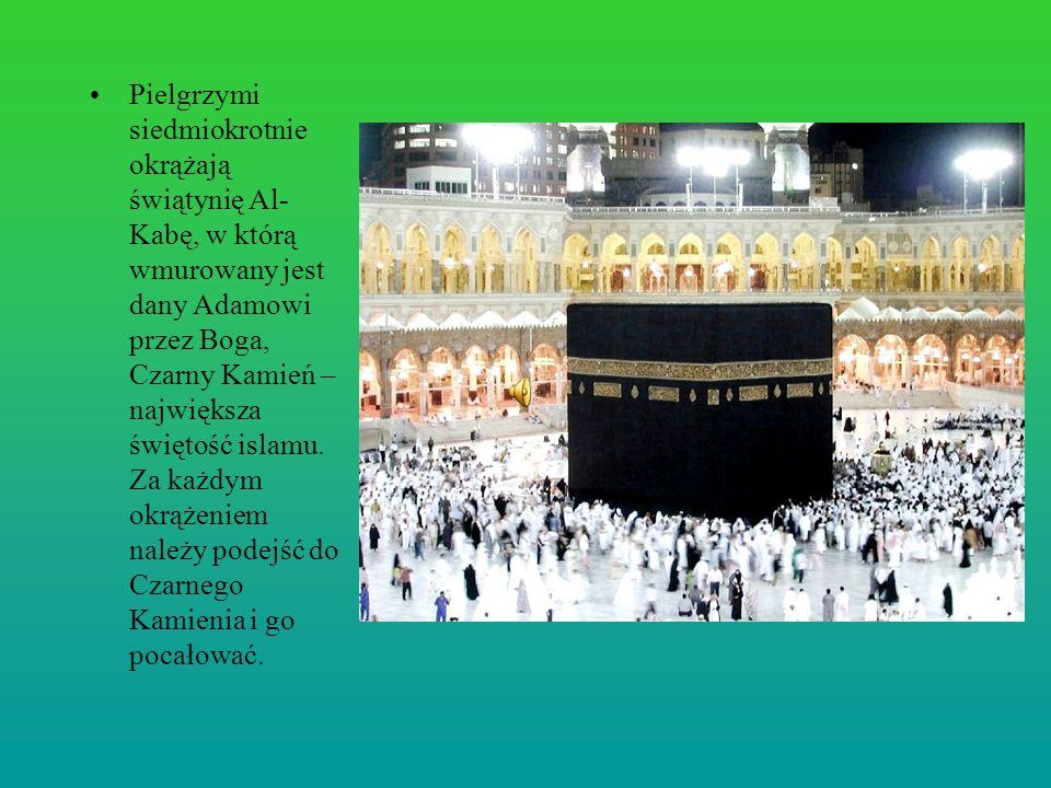 Pielgrzymi siedmiokrotnie okrążają świątynię Al- Kabę, w którą wmurowany jest dany Adamowi przez Boga, Czarny Kamień – największa świętość islamu. Za