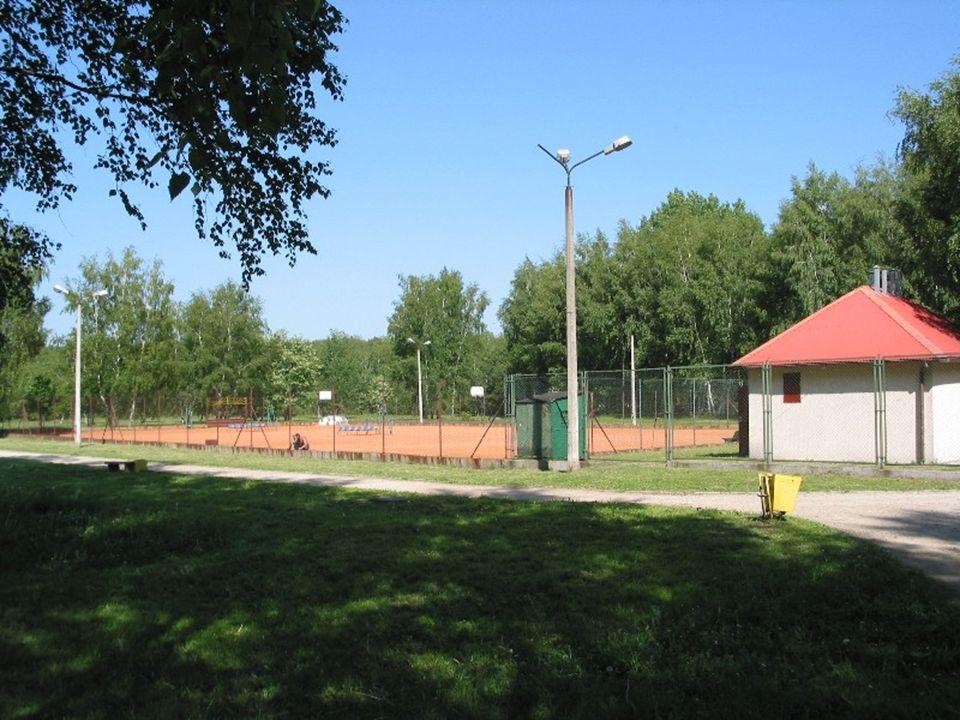 Korty tenisowe Korty znajdują się na powierzchni 15 hektarowego parku, otoczone są polami do mini golfa, dwoma boiskami do piłki nożnej oraz położonym