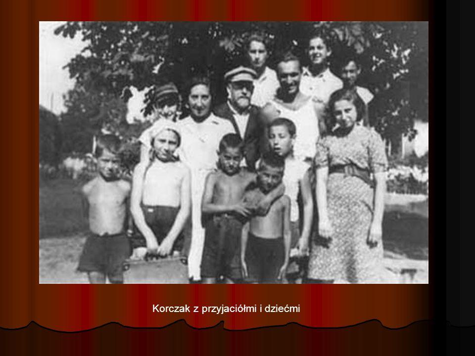 Korczak z przyjaciółmi i dziećmi