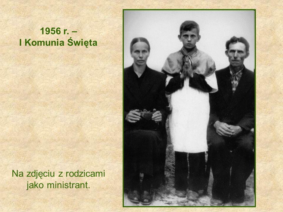 1956 r. – I Komunia Święta Na zdjęciu z rodzicami jako ministrant.
