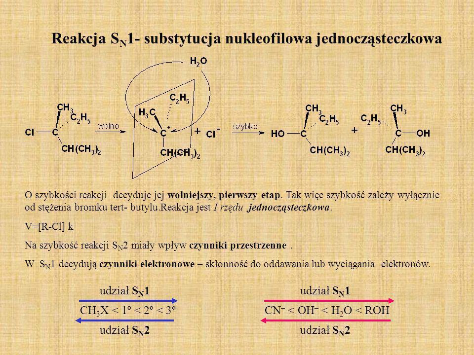 Przykładowe reakcje substytucji nukleofilowej Przykładowe reakcje substytucji halogenków alkilowych to: Hydroliza R-X + OH - R-OH + X - produkt główny- alkohol Solwoliza –reagentem nukleofilowym jest rozpuszczalnik R-X + H 2 O R-OH + HX- alkohol Synteza nitryli (cyjanków) R-X + CN - R-CN + X - - nitryl Synteza amin R-X + NH 3 R-NH 2 +HX - amina Synteza eterów Wiliamsona R-X + RO - R-OR + X - - eter Synteza tioli (merkaptanów) R-X +SH - R-SH + X - - tioalkohol