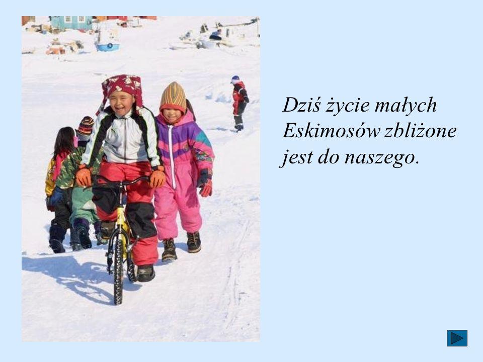 Na wyprawę Eskimos ubiera się w specjalny skórzany kaftan związany wokół kostek na rękach, pod brodą i dookoła otworu kajaka. Otwór, w którym siedzi m
