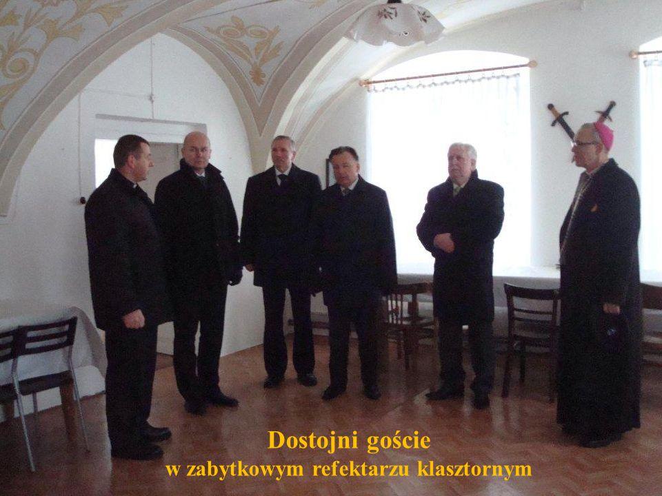 Dostojni goście w zabytkowym refektarzu klasztornym