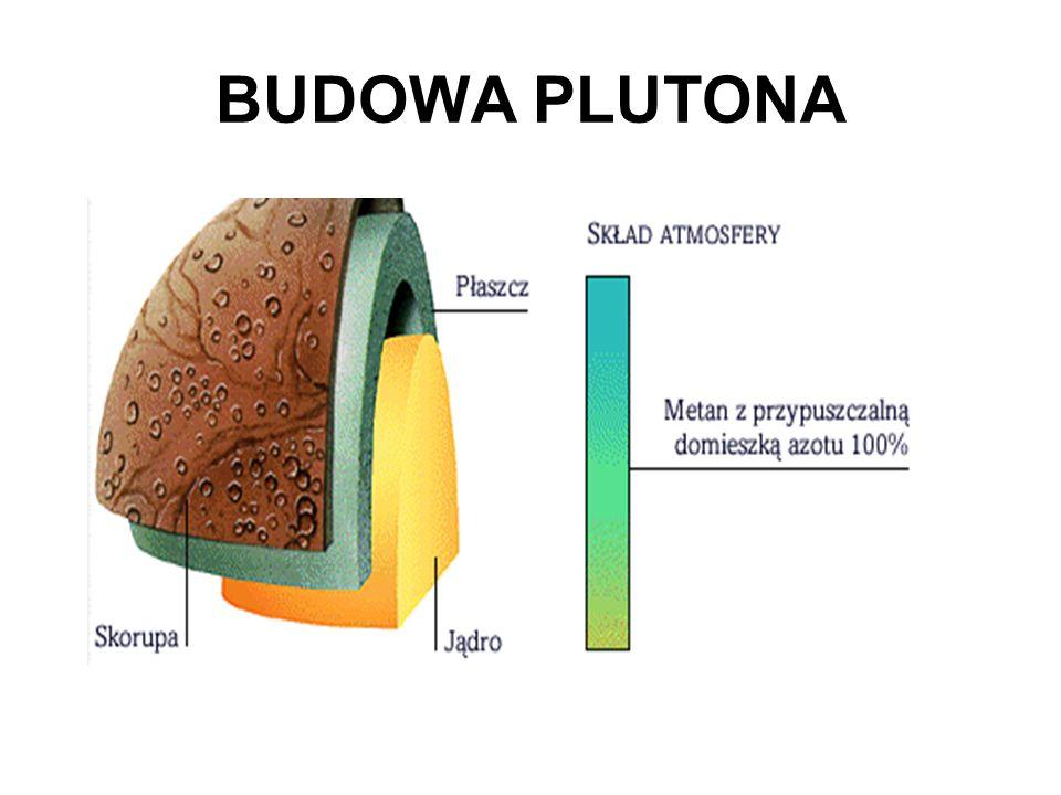 Pluton, dziewiąta planeta od Słońca, to zimny, ciemny glob, dla którego Słońce stanowi jedynie jasną gwiazdę na niebie. Pluton jest mniejszy od Księży