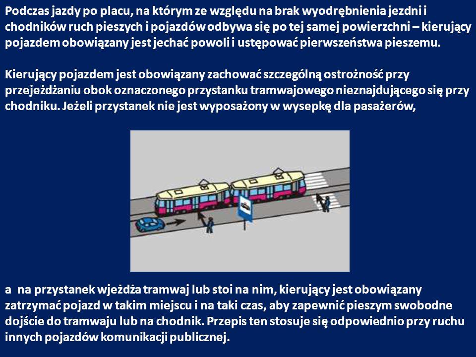 Podczas jazdy po placu, na którym ze względu na brak wyodrębnienia jezdni i chodników ruch pieszych i pojazdów odbywa się po tej samej powierzchni – k