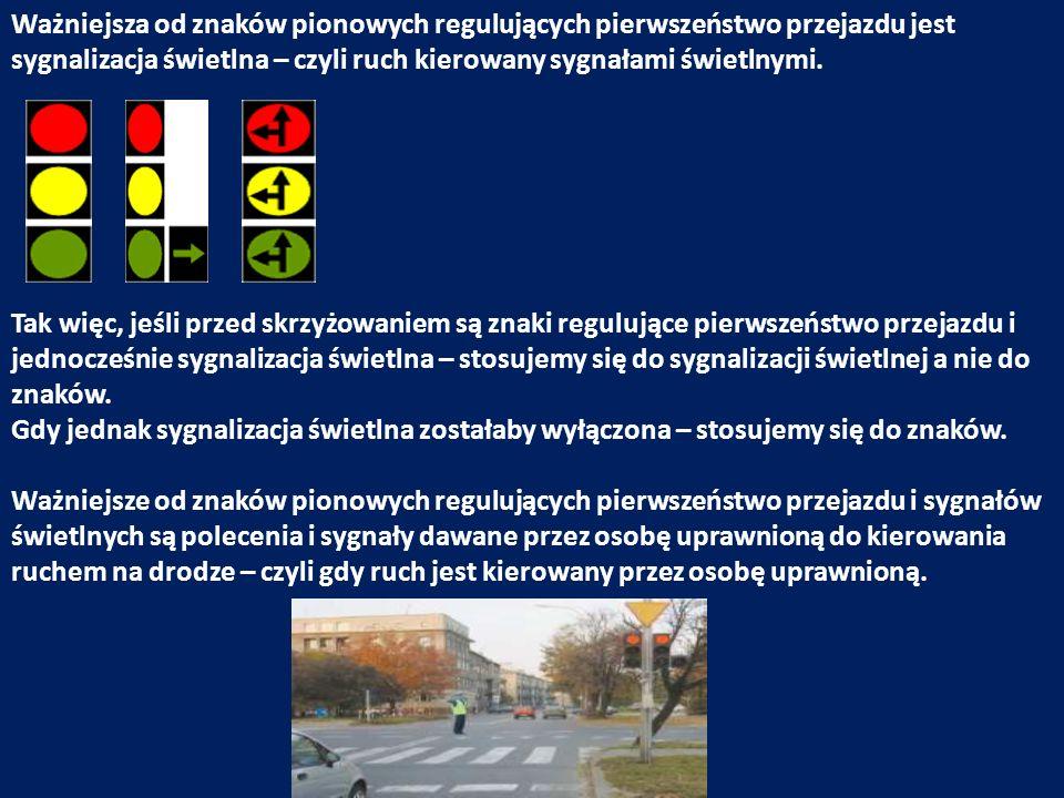 Gdy jednak kierująca ruchem uprawniona osoba opuści skrzyżowanie – stosujemy się do sygnalizacji świetlnej, a gdy jej nie ma do znaków pionowych regulujących pierwszeństwo przejazdu.