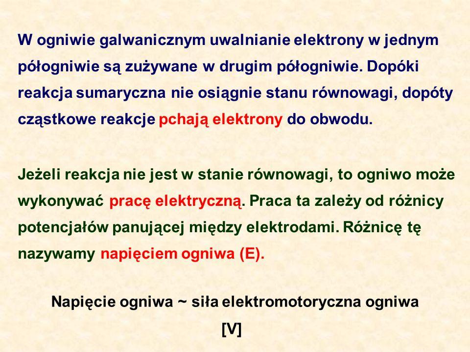 W ogniwie galwanicznym uwalnianie elektrony w jednym półogniwie są zużywane w drugim półogniwie. Dopóki reakcja sumaryczna nie osiągnie stanu równowag
