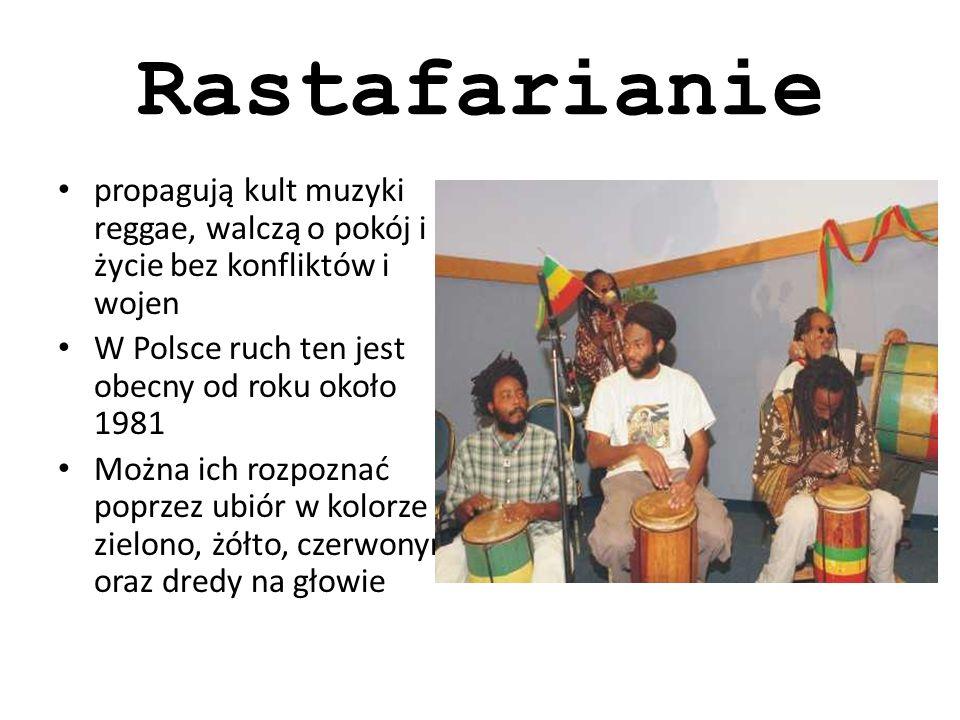 Rastafarianie propagują kult muzyki reggae, walczą o pokój i życie bez konfliktów i wojen W Polsce ruch ten jest obecny od roku około 1981 Można ich rozpoznać poprzez ubiór w kolorze zielono, żółto, czerwonym oraz dredy na głowie