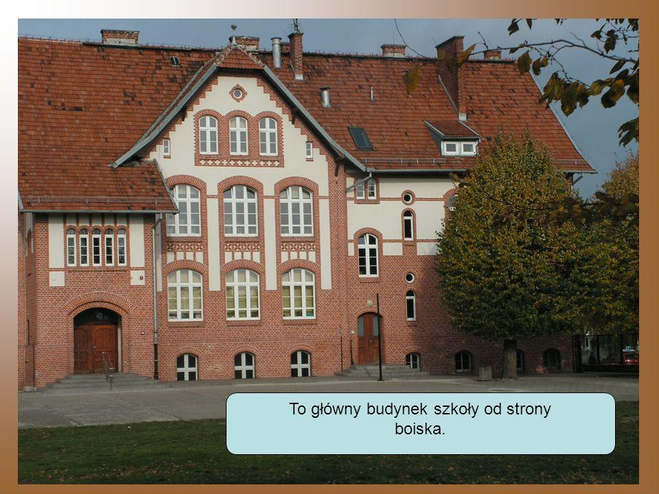 To główny budynek szkoły od strony boiska.