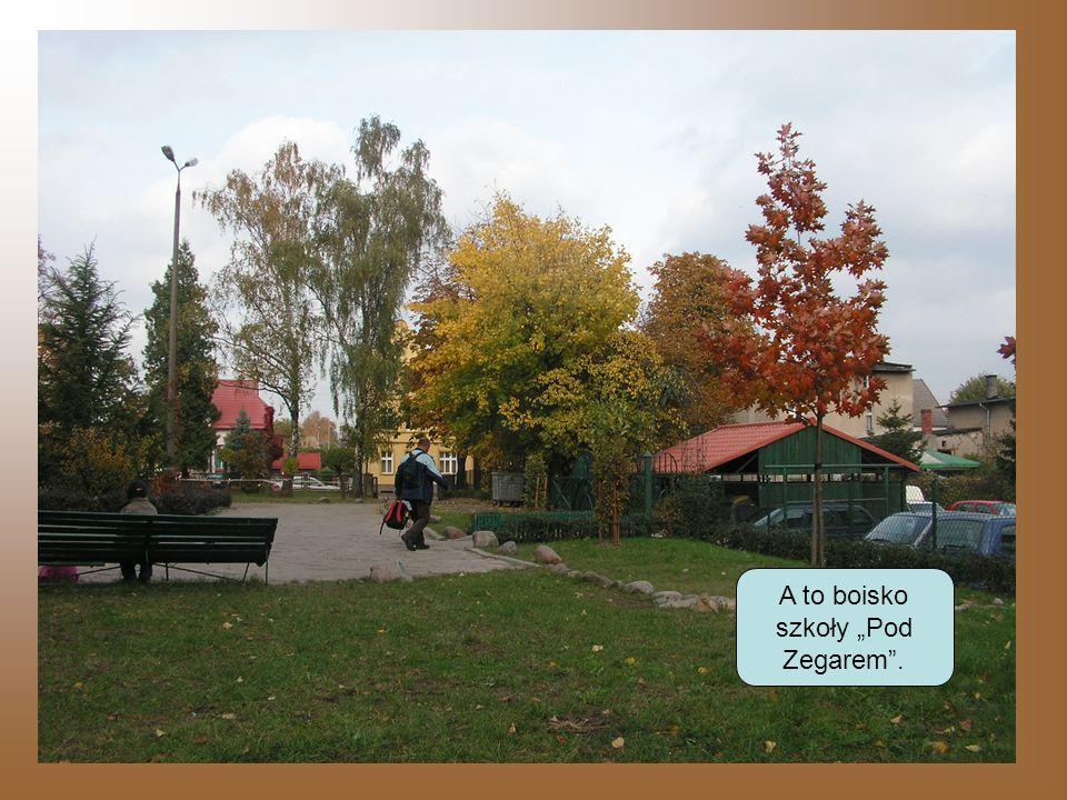 A to boisko szkoły Pod Zegarem.