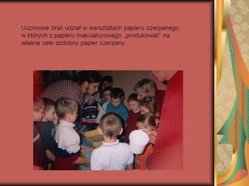 Uczniowie brali udział w warsztatach papieru czerpanego, w których z papieru makulaturowego produkowali na własne cele ozdobny papier czerpany