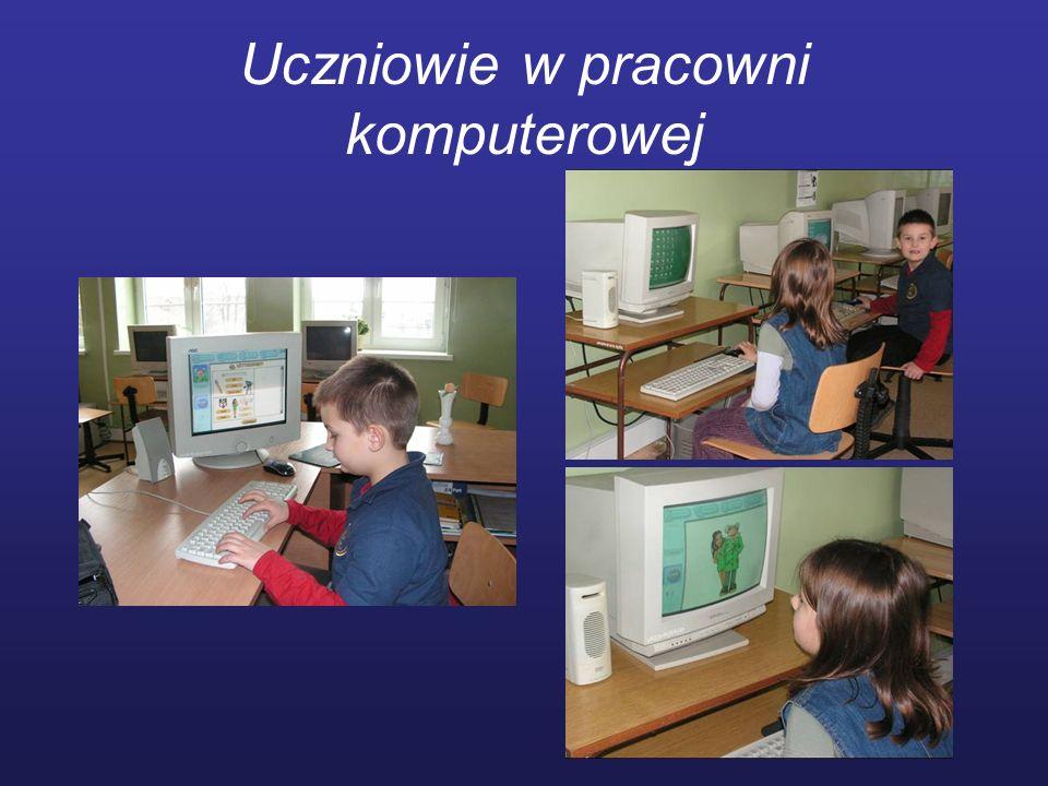 Uczniowie w pracowni komputerowej
