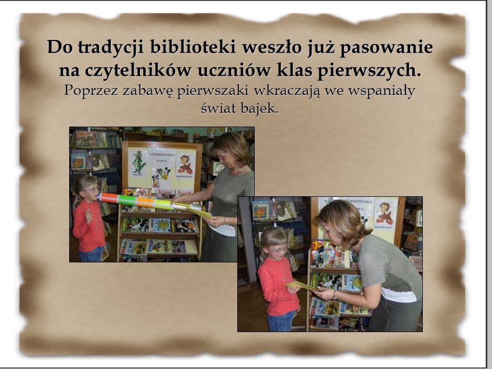 Do tradycji biblioteki weszło już pasowanie na czytelników uczniów klas pierwszych. Poprzez zabawę pierwszaki wkraczają we wspaniały świat bajek.