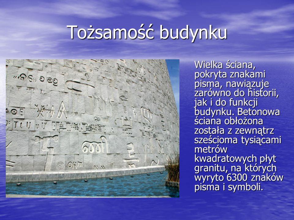 Tożsamość budynku Wielka ściana, pokryta znakami pisma, nawiązuje zarówno do historii, jak i do funkcji budynku. Betonowa ściana obłożona została z ze