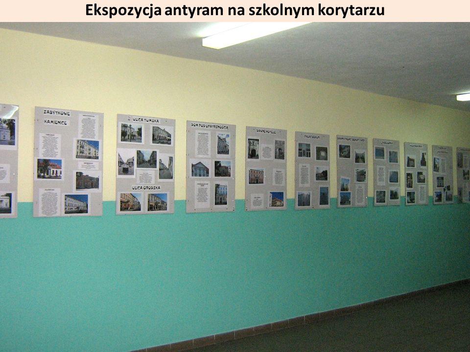 Ekspozycja antyram na szkolnym korytarzu
