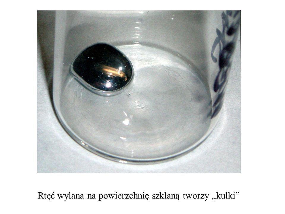 Rtęć wylana na powierzchnię szklaną tworzy kulki