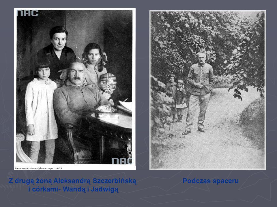 Z drugą żoną Aleksandrą Szczerbińską i córkami- Wandą i Jadwigą Podczas spaceru