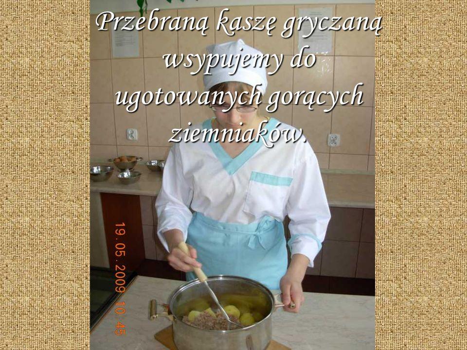 Przebraną kaszę gryczaną wsypujemy do ugotowanych gorących ziemniaków.