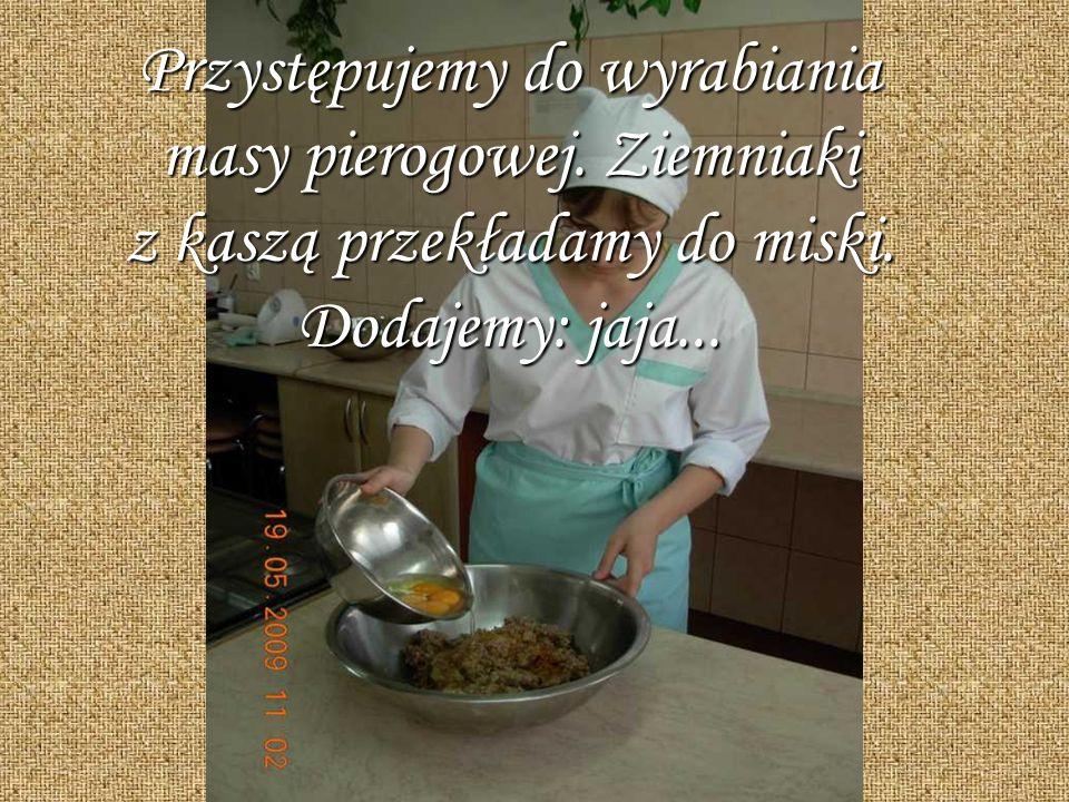 Przystępujemy do wyrabiania masy pierogowej. Ziemniaki z kaszą przekładamy do miski. Dodajemy: jaja...