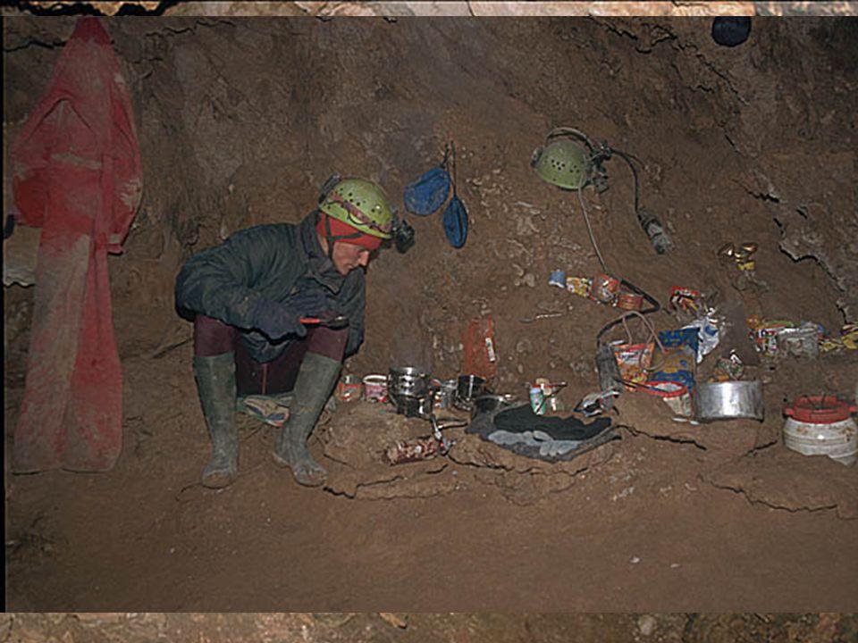 Eksploracja w 1999 roku: »Galerie w Złym Kierunku Sala ze Złotkiem (-200 m) »Galerie Nocnych Akcji Sala Wantowa (-300 m) »Trietiakowskaja Galierieja (biwak)