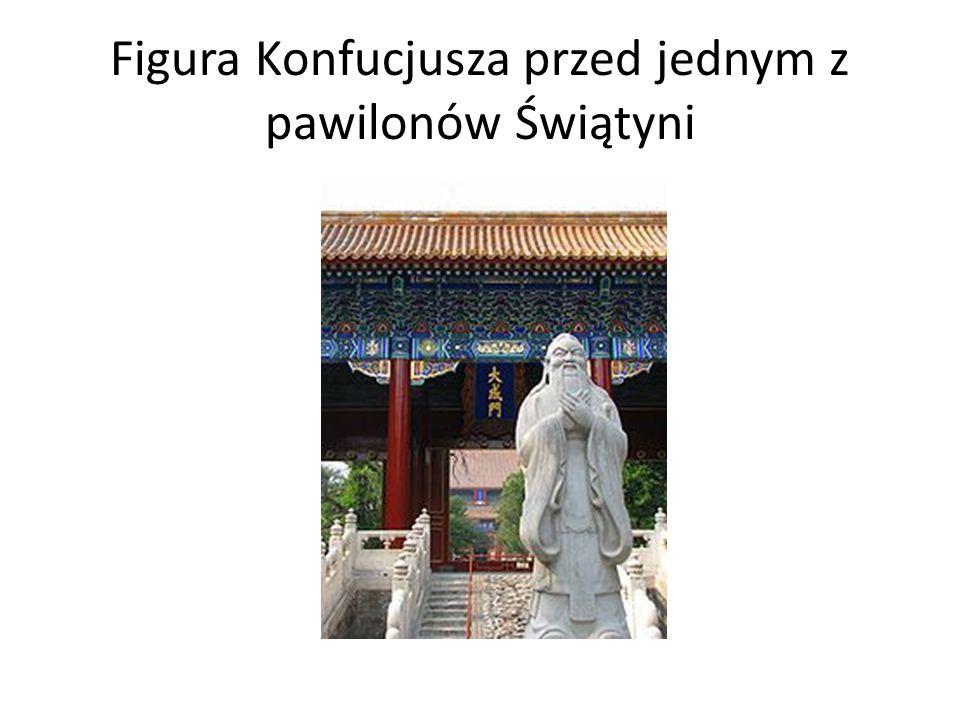 Figura Konfucjusza przed jednym z pawilonów Świątyni