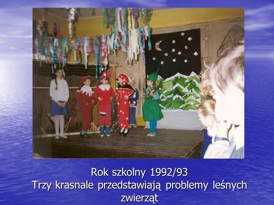 Rok szkolny 1992/93 Trzy krasnale przedstawiają problemy leśnych zwierząt