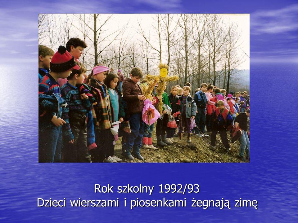 Rok szkolny 1992/93 Dzieci wierszami i piosenkami żegnają zimę