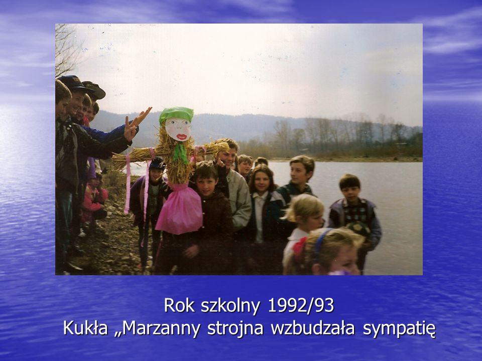 Rok szkolny 1992/93 Kukła Marzanny strojna wzbudzała sympatię