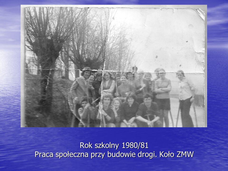 Rok szkolny 1980/81 Praca społeczna przy budowie drogi. Koło ZMW